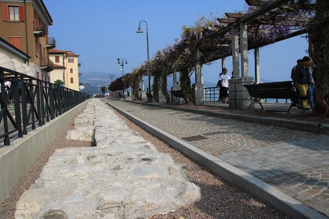 Antiche mura borromee a lato della passeggiata lungo lago di Arona