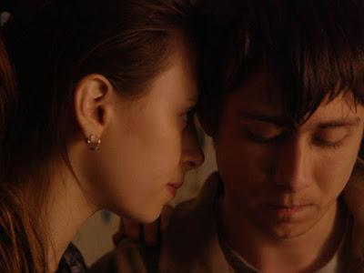 Elizabeth Cappuccino - Owen Campbell - Super Dark Times (2017)