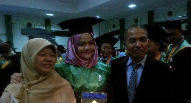 Gadis Berhijab Asal Sukabumi ini Lulus Kedokteran di Usia 17 Tahun