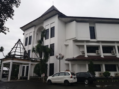 Gedung DPRD Karawang Hujan Uang Koin, Ini Penyebabnya