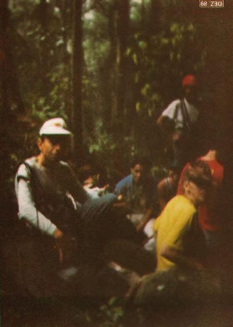 Foto 18 - Fatigados da caminhada exaustiva por trilhas íngremes e escorregadios, os integrantes do grupo fazem um curto descanso. Foto do autor, outubro de 1989.