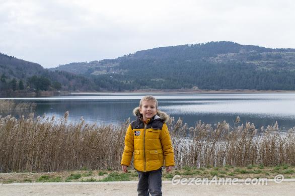 Abant Gölü kıyısında hatıra fotoğrafı çektiren oğlum, Bolu