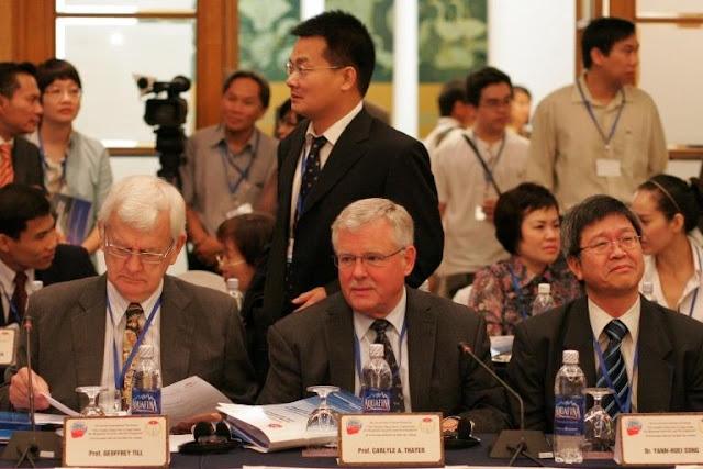 GS Thayer chuẩn bị tranh luận với 2 học giả Trung Quố