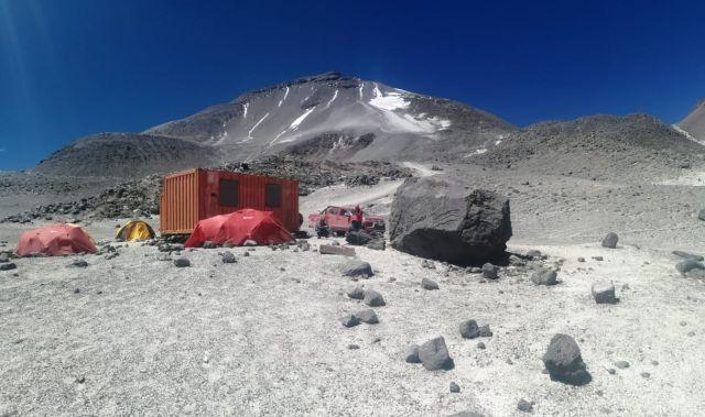 Refugio Tejos con el Volcán Ojos del Salado de fondo