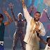 """French Montana e Swae Lee apresentam o hit """"Unforgettable"""" no Jimmy Fallon com crianças de Uganda"""