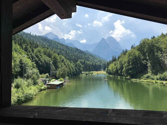 Blick vom Balkon der Riessersee-Suite im Seehaus, Hochzeit zu Dritt, kleine Familienhochzeit, Riessersee Hotel Garmisch-Partenkirchen, Bayern, freie Trauung