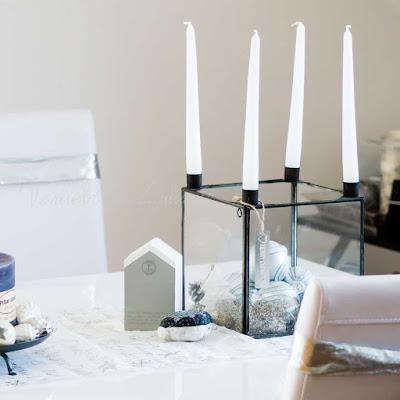 Weihnachtsdeko auf dem Esstisch: Glasbox von House Doctor mit Kerzenständer als Adventskranz
