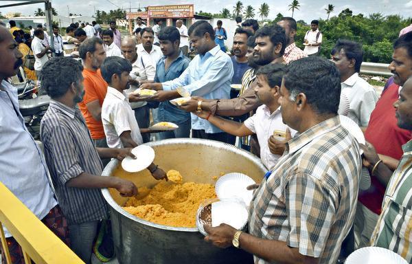 கர்நாடக - தமிழக எல்லையில் அன்பூட்டிய உணவு!