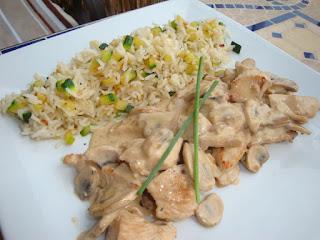 Émincé de volaille aux champignons et crème de soja, riz sauté aux courgettes