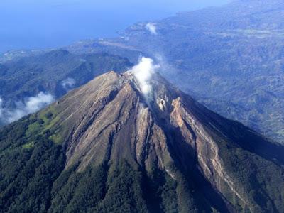 Sejarah Gunung Raung     Gunung Raung adalah sebuah gunung yang besar dan unik,dan Gn. Raung merupakan bagian dari kelompok pegunungan Ijen yang terdiri dari beberapa gunung, diantaranya Gn.Suket (2.950mdpl), Gn.Raung (3.332mdpl), Gn.Pendil (2.338), Gn.Rante (2.664), Gn.Merapi (2.800), Gn.Remuk (2.092), dan Kawah Ijen. yang berbeda dari ciri gunung pada umumnva di pulau Jawa ini. Keunikan dari Puncak Gunung Raung adalah kalderanya yang sekitar 500 meter dalamnya, selalu berasap dan sering menyemburkan api. G. Raung termasuk gunung tua dengan kaldera di puncaknya dan dikitari oleh banyak puncak kecil, menjadikan pemandangannya benar-benar menakjubkan. Selain itu gunung ini juga terletak di paling ujung pulau jawa bahkan keindahan gunung ini dapat kita lihat dari pulau dewata bali, tepatnya ketika kita berada di pantai Lovina Singaraja Bali Utara pada akhir siang atau ketika sunset di Lovina Beach. Keindahan gunung raung ini akan terlihat indah. Jajaran pegunungan di timur pulau jawa ini memiliki keindahan yang sangat unik. Gunung ini terletak di Kab. Banyuwangi Jawa Timur.   Gunungapi raksasa ini muncul di sebelah timur dari suatu deretan puing gunungapi yang berarah baratlaut – tenggara. Di Puncaknya terdapat sebuah kaldera yang berbentuk elips dan terdapat kerucut setinggi kurang lebih 100 m