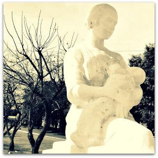 Monumento à mãe, em La Cruz - mãe amamentando criança.