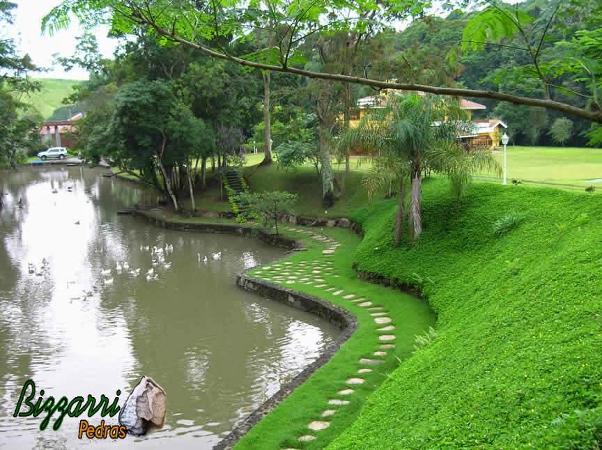 Construção de lagos com muros de pedra, caminhos de pedra com pedras santo mé e execução do paisagismo.