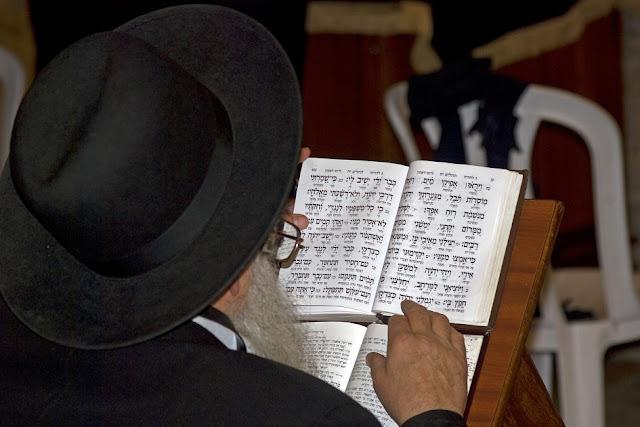 Judeu estudando a Torá