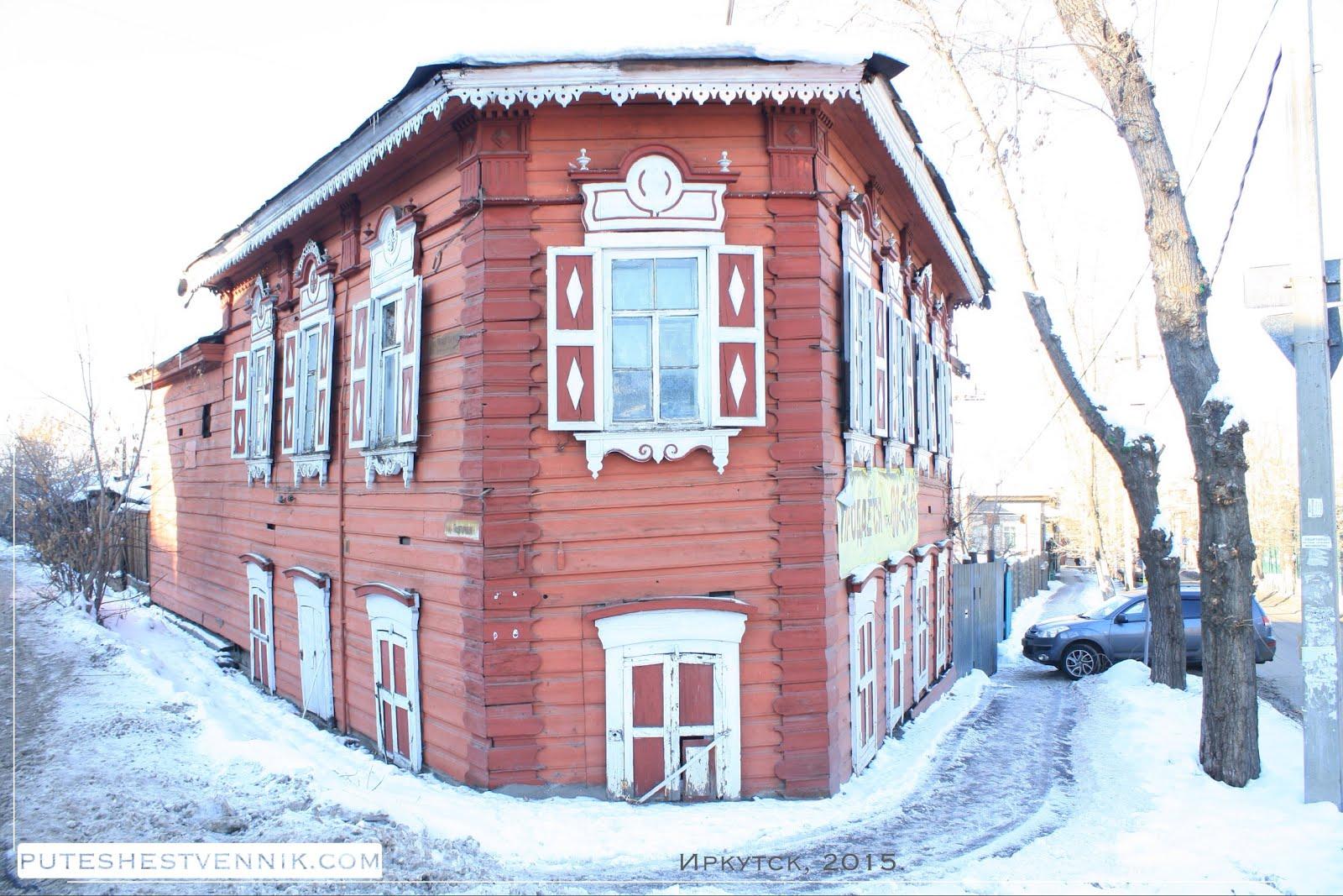 Угол старого деревянного дома в Иркутске