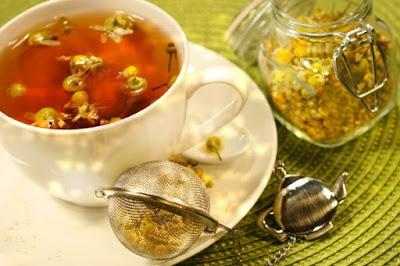 Uống trà hoa cúc chữa bệnh trào ngược dạ dày