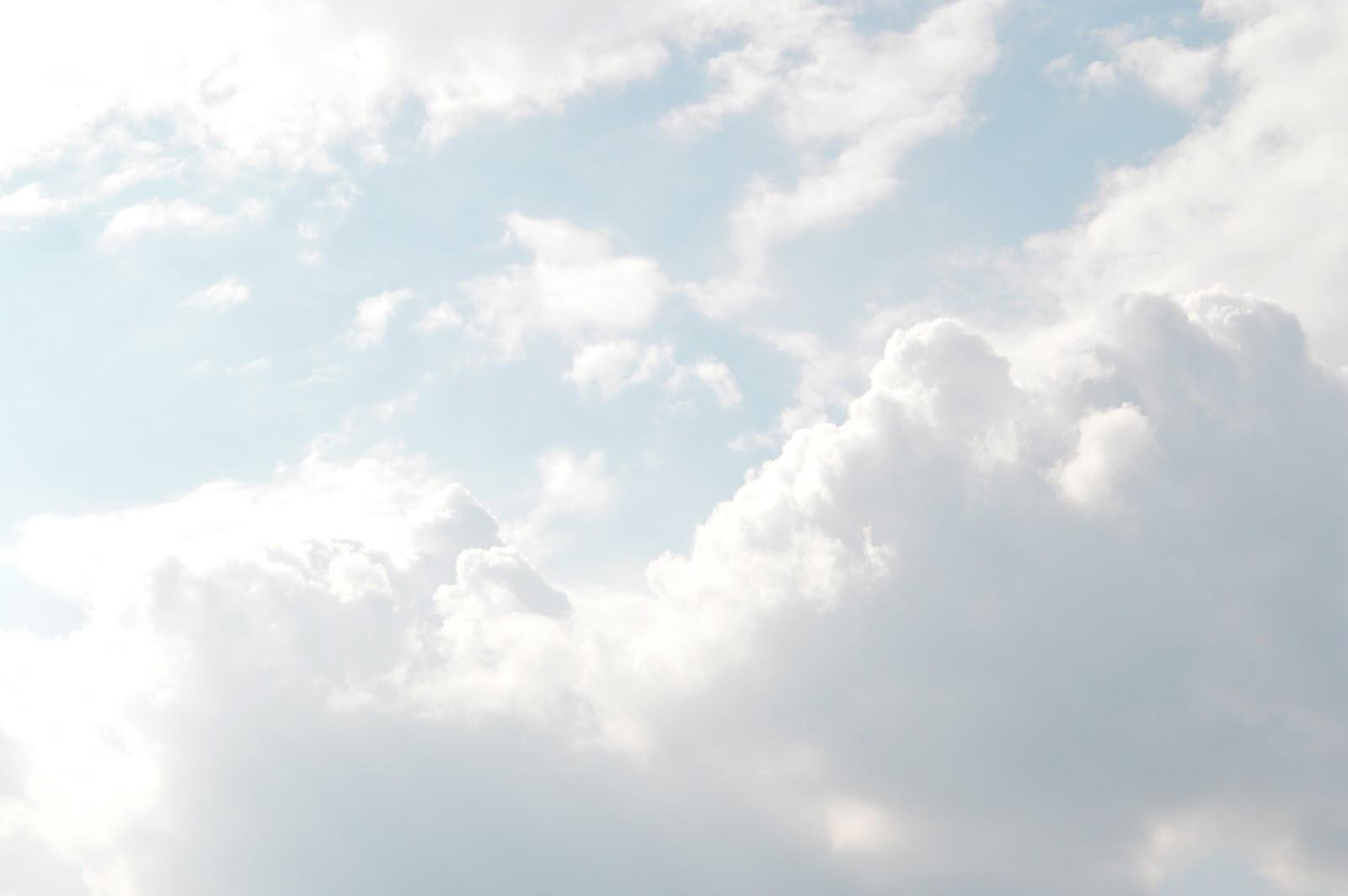雲の多い明るい空
