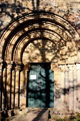 Portada románica del monasterio de Santa Cristina de Ribas del Sil en la Ribera Sacra, Orense