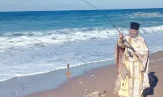Παπάς… ψαράς στη Μεσσηνία πετάει με καλάμι τον σταυρό, γιατί δεν βουτάει κανείς να τον πιάσει