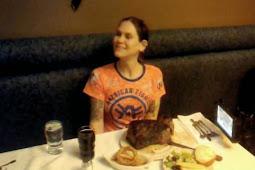 Wanita Ini Pecahkan Rekor Makan Steak