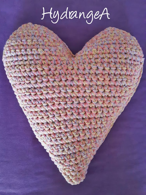 Cojín tejido en crochet en forma de corazón, con lana Big Ribbon Plus de Katia y ganchillo del nº 8