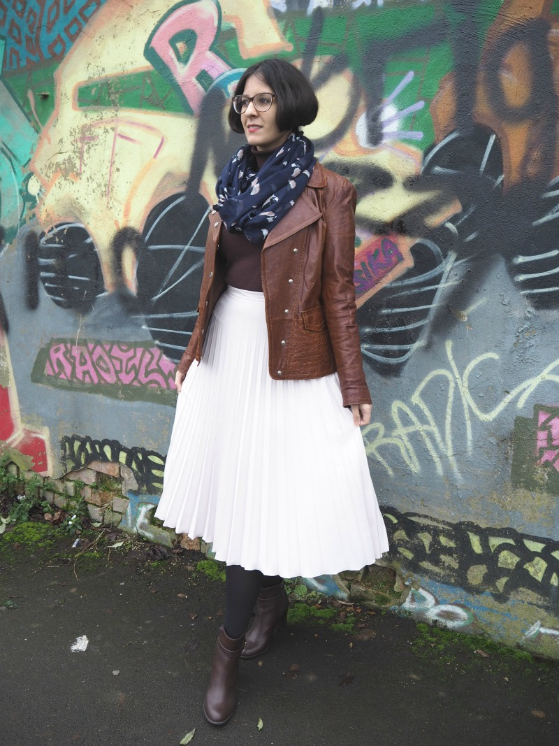 How to wear a pleated skirt in winter