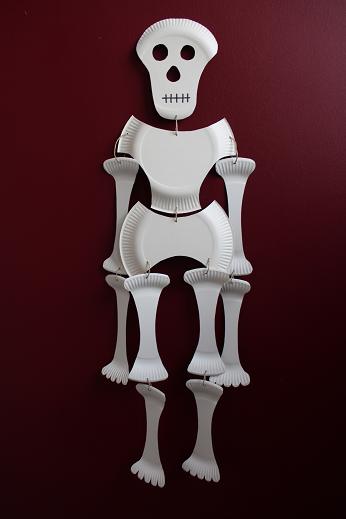 DIY-Basteltipp für ein Halloween-Skelett aus Papptellern von Ars Vera