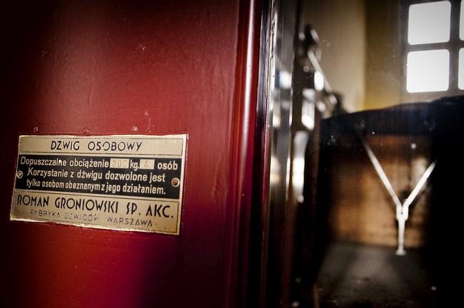 Łódź. Przedwojenna winda z ławeczką wyprodukowana przez firmę Romana Groniowskiego z Warszawy.