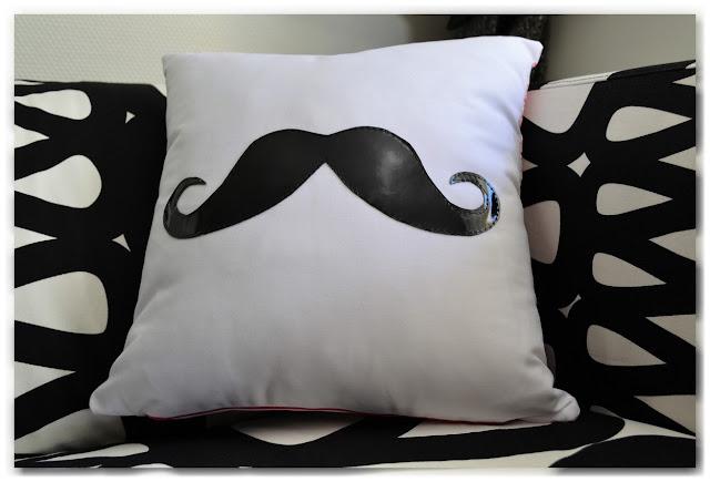 coussin moustache simili cuir noir