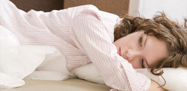 Mujer echada en cama por falta de confianza en su pareja