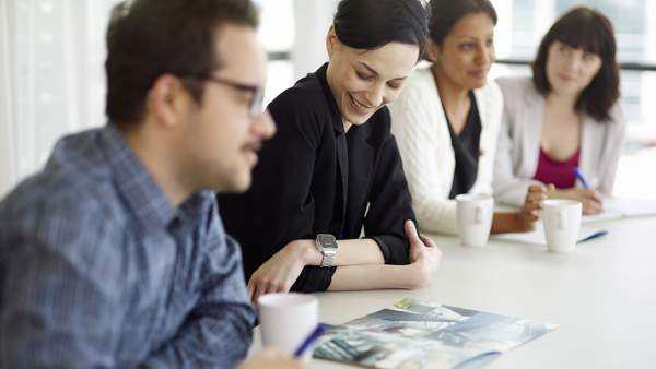 Memakai smartwatch di ruang rapat