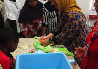 Praktek Memandikan, Membedong dan Merawat Tali Pusar Bayi 4