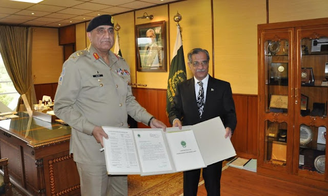 Pak Army donates rupees 1 billion for dam fund - Army Chief presented the cheque to CJ
