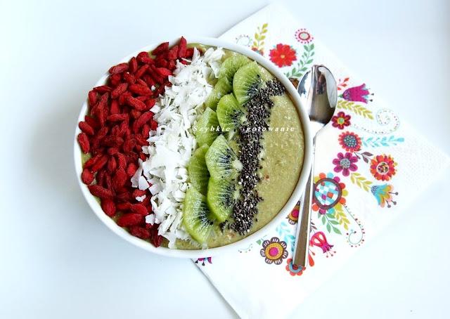 Zielona quinoa owsianka na mleku z pestek dyni z kiwi i jagodami goji i bakaliami