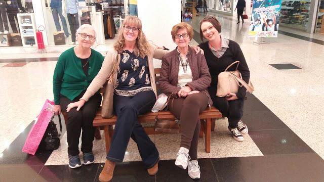 Eu com minha mãe, e minha prima com minha tia!
