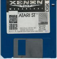 Fotografía con el disquete de Xenon 2 para el Atari ST
