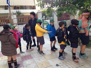 τα παιδιά κάνουν βιωματικό με μάσκα