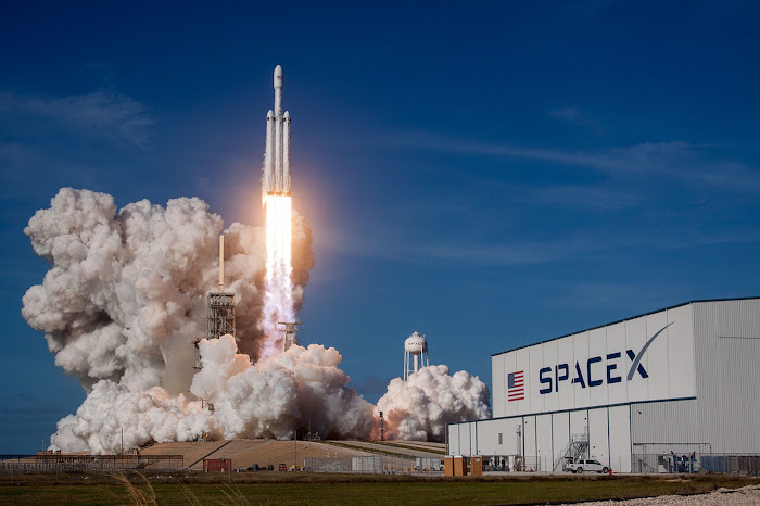 Tên lửa Falcon Heavy của SpaceX được phóng lên từ bãi phóng 3A ở Trung tâm Không gian Kennedy tại bang Floria vào ngày 6 tháng 2 năm 2018 (ngày 7 tháng 2 theo giờ Việt Nam). Hình ảnh: SpaceX.