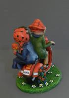statuine cake topper fatte a mano originali pupazzetti su vespa modellino personaggio disegnato orme magiche