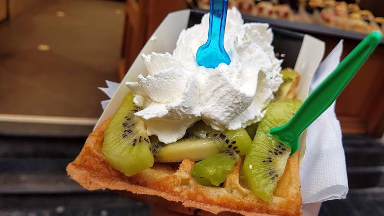加滿水果與奶油的鬆餅