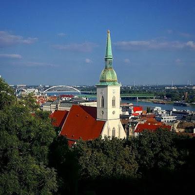 Catedral de San Martín vista desde el Castillo de Bratislava, Eslovaquia