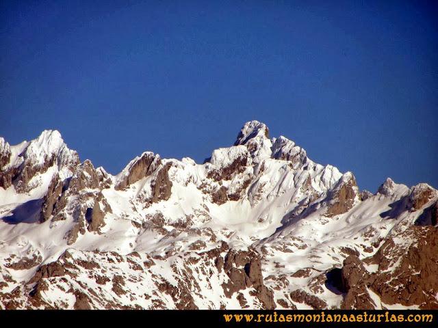 Ruta al Pico Pierzu: Vista de Peña de la Peña Santa