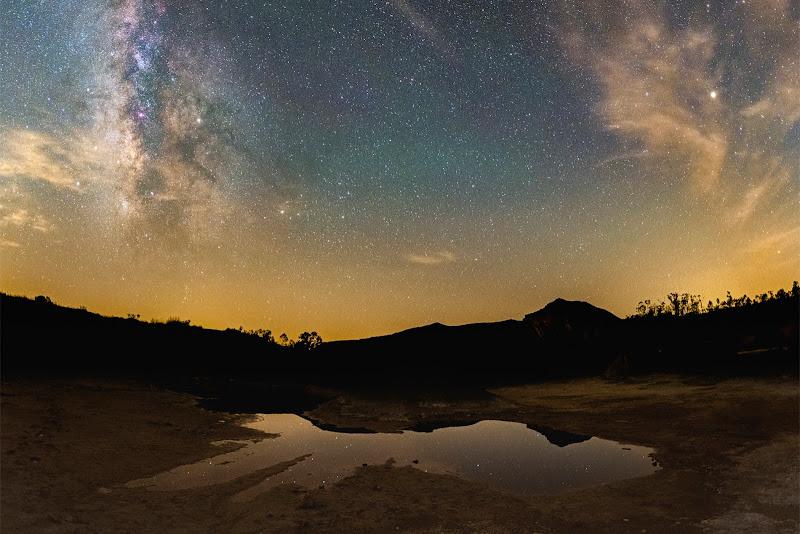 Hình ảnh góc rộng đầy màu sắc chụp dải Ngân Hà trên bầu trời một hồ nước acid ở khu mỏ São Domingos, miền nam Bồ Đào Nha. Sao Thổ tỏa sáng trên bầu trời ở khu vực trung tâm của dải Ngân Hà, nơi chòm sao Scorpius. Ngôi sao sáng Deneb tạo thành một hình tam giác với ngôi sao Vega và ngôi sao Altair, và đó là nhóm sao Tam giác mùa hè nổi tiếng. Hình ảnh: Miguel Claro.