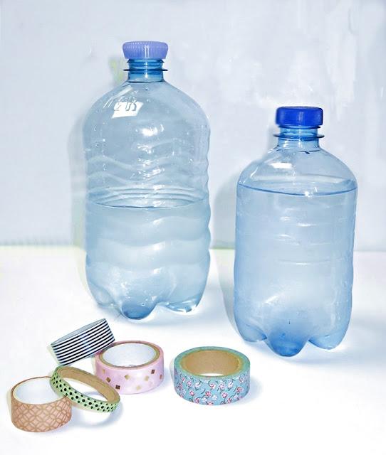 zwei durchsichtige Wasserflaschen aus Kunststoff und einige Washitapes