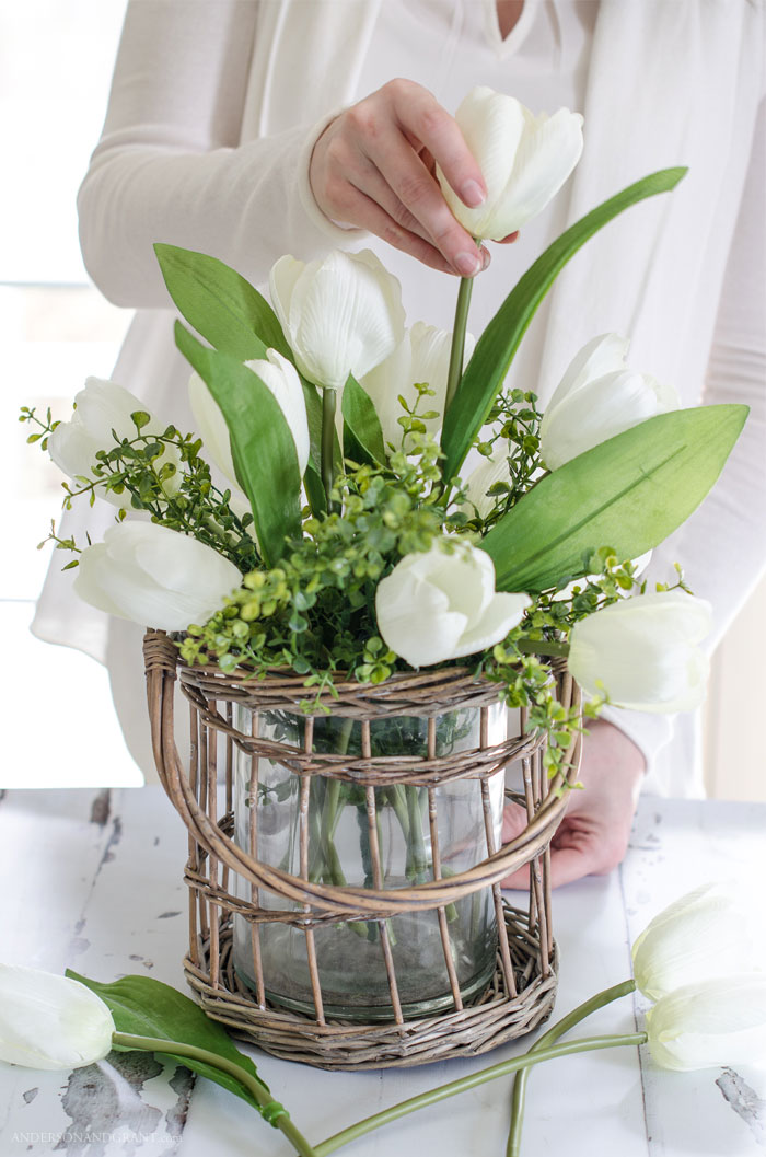 Must read tutorial for creating realistic flower arrangements using fake flowers #DIY #flowerarranging #flowerarrangement #spring #andersonandgrant