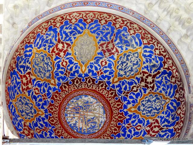 Decoração do teto de um dos portais da Mesquita azul
