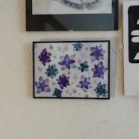 aquarelle de fleurs ou étoiles sur fond blanc