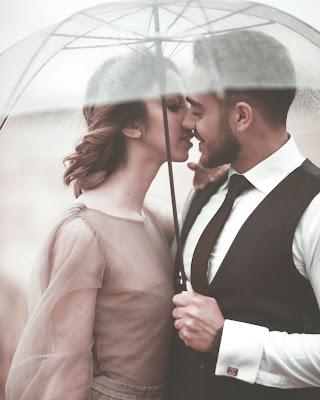 Pareja debajo de un paraguas transparente