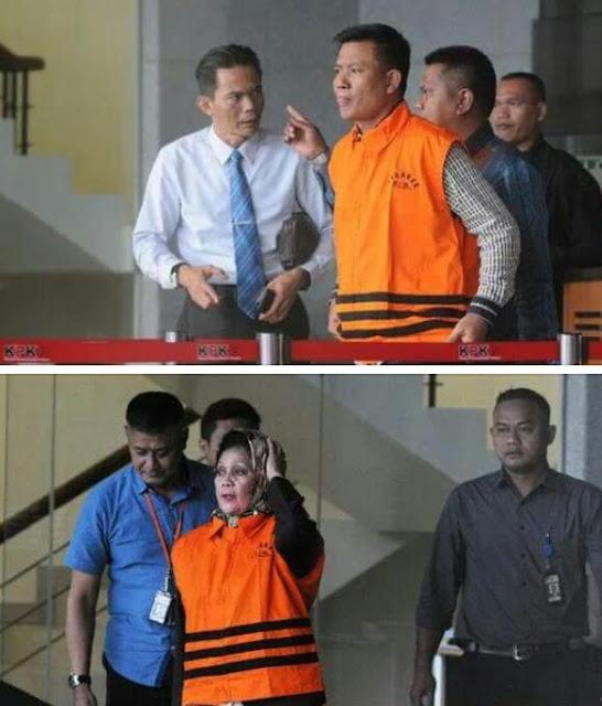 Muslim Simbolon dan Helmiaty saat memakai baju tahanan KPK.