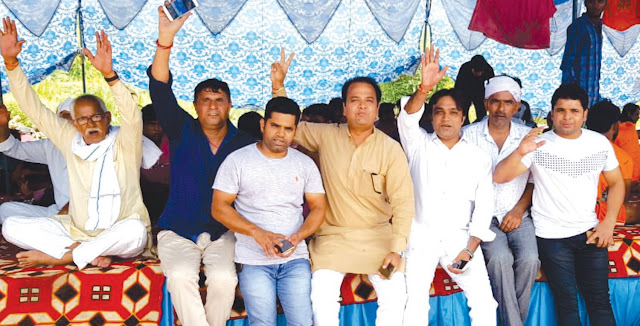 Congress leader Sumit Gaud, along with supporters, served the Kandwas in the Kaandvad camp