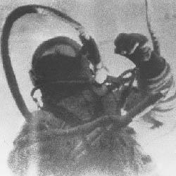 Il cosmonauta Leonov durante la prima passeggiata spaziale - attività extraveicolare (EVA).